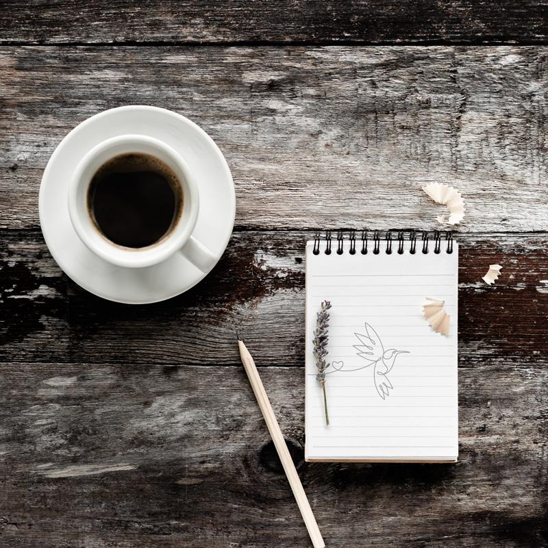 Kaffee und Bleistiftskizze